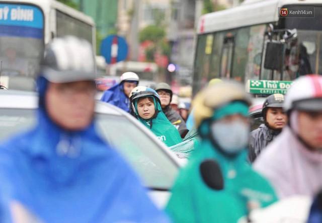 Ảnh: Đường phố Hà Nội tắc nghẽn kinh hoàng trong ngày làm việc đầu tiên sau kỳ nghỉ lễ 30/4 - 1/5 - Ảnh 5.
