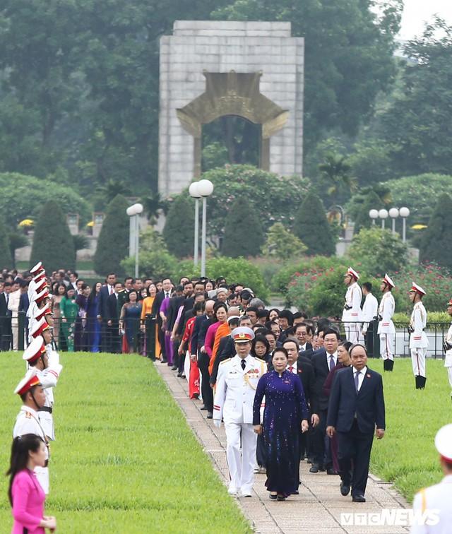 Đại biểu Quốc hội vào Lăng viếng Chủ tịch Hồ Chí Minh trước kỳ họp thứ 7 - Ảnh 1.
