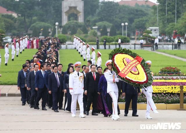 Đại biểu Quốc hội vào Lăng viếng Chủ tịch Hồ Chí Minh trước kỳ họp thứ 7 - Ảnh 2.