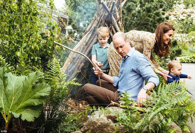 Sau tin đồn hôn nhân rạn nứt, Công nương Kate lặng lẽ đáp trả bằng loạt hình gia đình chưa từng công bố, Hoàng tử út Louis trở thành tâm điểm nhờ điều này - Ảnh 1.