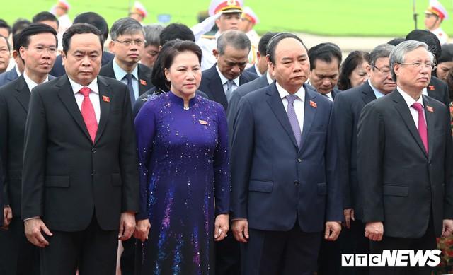 Đại biểu Quốc hội vào Lăng viếng Chủ tịch Hồ Chí Minh trước kỳ họp thứ 7 - Ảnh 3.