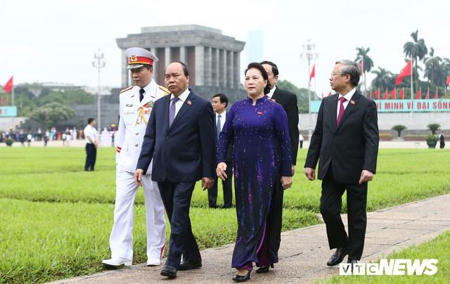 Đại biểu Quốc hội vào Lăng viếng Chủ tịch Hồ Chí Minh trước kỳ họp thứ 7 - Ảnh 4.