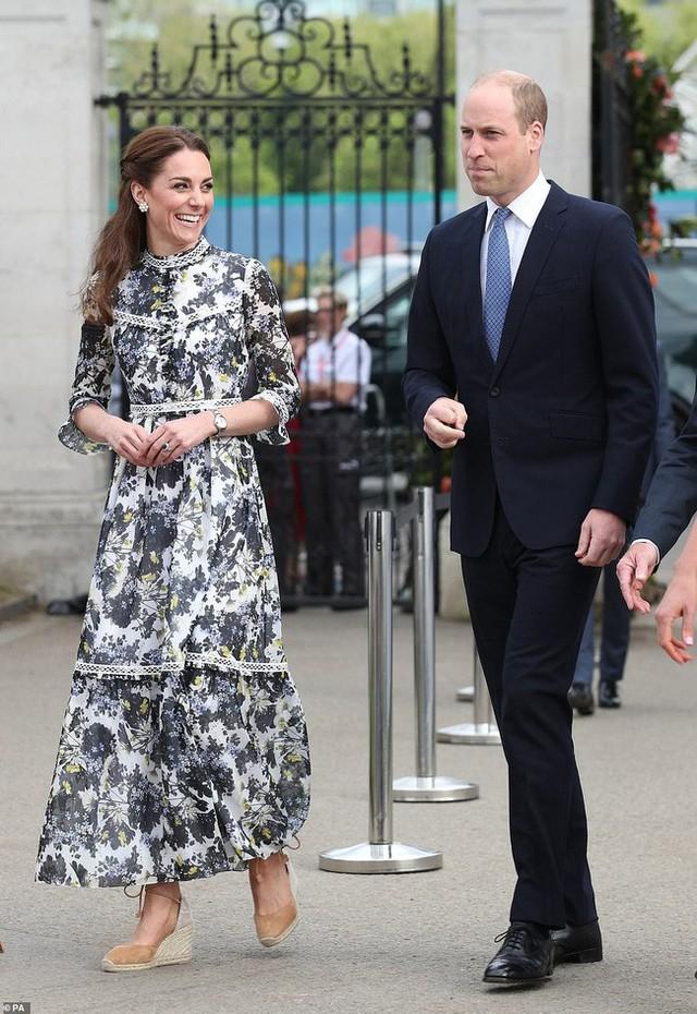 Công nương Kate gây chú ý khi phá vỡ quy tắc, phạm phải điều Nữ hoàng ghét nhất trong sự kiện mới nhưng phản ứng của người đứng đầu hoàng gia mới là điều đáng nói - Ảnh 3.