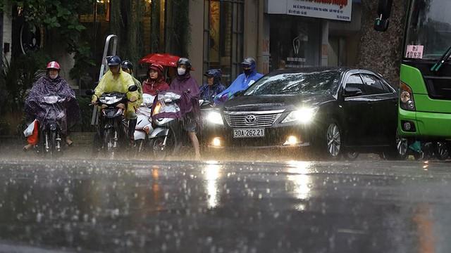 Hà Nội đón cơn mưa vàng sau chuỗi ngày nắng như đổ lửa - Ảnh 3.
