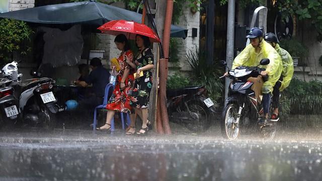 Hà Nội đón cơn mưa vàng sau chuỗi ngày nắng như đổ lửa - Ảnh 5.