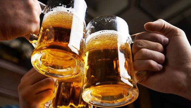 Mặc tác hại do sử dụng rượu bia gia tăng, Việt Nam vẫn là miếng bánh béo bở khiến các hãng bia cạnh tranh khốc liệt - Ảnh 1.