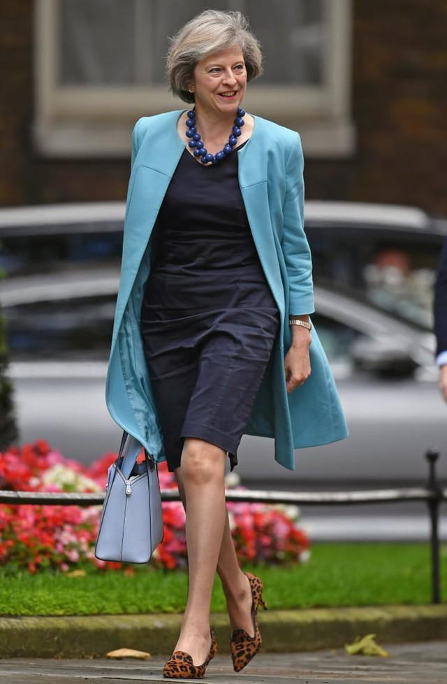 Theresa May: Người phụ nữ thời thượng với niềm đam mê giày gót mèo và hoa văn da báo - Ảnh 1.