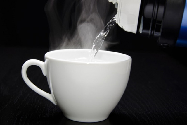 Tranh cãi uống nước ấm hay nước lạnh sẽ tốt hơn cho sức khỏe? - Ảnh 1.