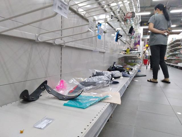 Siêu thị Auchan trống trơn sau 6 ngày xả hàng giảm giá - Ảnh 2.