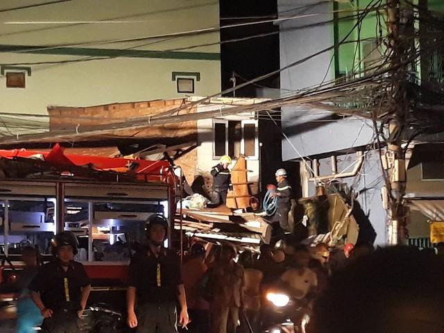 Xe ben lao dốc cầu đâm sập nhà dân ở Sài Gòn - Ảnh 1.