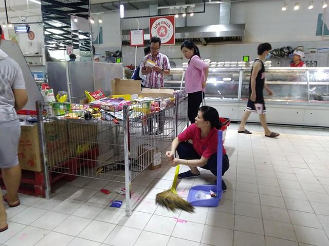 Siêu thị Auchan trống trơn sau 6 ngày xả hàng giảm giá - Ảnh 6.