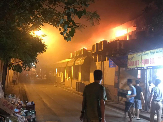Hà Nội: Cháy quán bia Hải Xồm, nhiều người hoảng loạn tháo chạy - Ảnh 1.