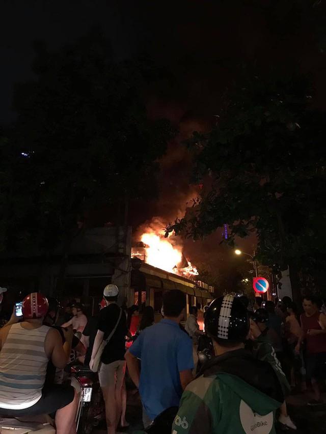 Hà Nội: Cháy quán bia Hải Xồm, nhiều người hoảng loạn tháo chạy - Ảnh 3.