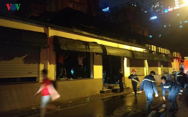 Hà Nội: Cháy quán bia Hải Xồm, nhiều người hoảng loạn tháo chạy - Ảnh 4.