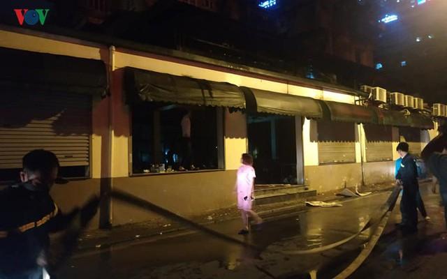 Hà Nội: Cháy quán bia Hải Xồm, nhiều người hoảng loạn tháo chạy - Ảnh 6.