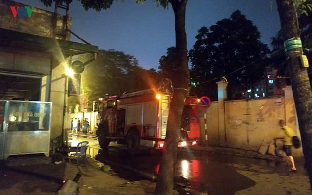 Hà Nội: Cháy quán bia Hải Xồm, nhiều người hoảng loạn tháo chạy - Ảnh 7.