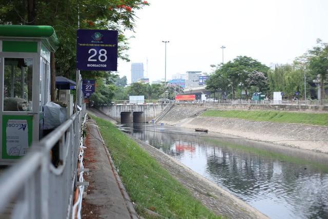 Người dân thư thả ngồi câu cá bên bờ sông Tô Lịch - Ảnh 1.