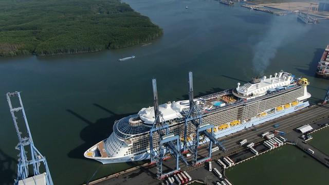 Choáng trước độ sang chảnh và xa hoa của du thuyền trị giá gần 1 tỉ USD vừa cập bến Việt Nam - Ảnh 1.