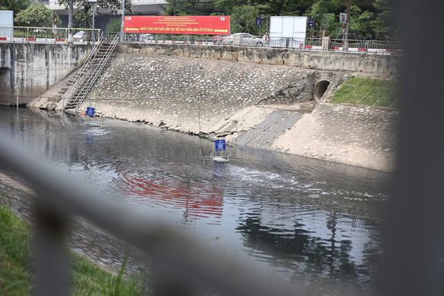 Người dân thư thả ngồi câu cá bên bờ sông Tô Lịch - Ảnh 3.