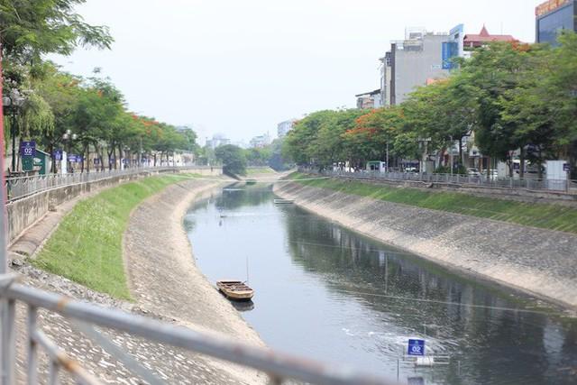 Người dân thư thả ngồi câu cá bên bờ sông Tô Lịch - Ảnh 5.