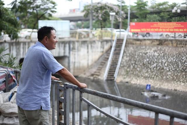 Người dân thư thả ngồi câu cá bên bờ sông Tô Lịch - Ảnh 8.