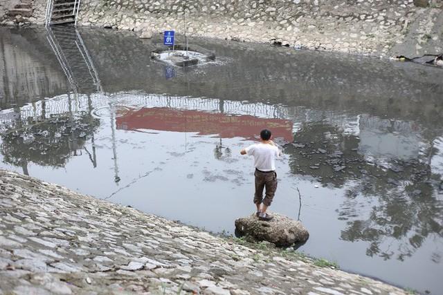 Người dân thư thả ngồi câu cá bên bờ sông Tô Lịch - Ảnh 9.