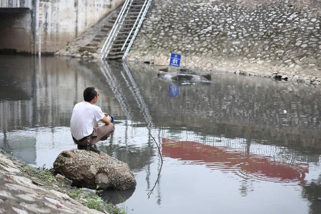 Người dân thư thả ngồi câu cá bên bờ sông Tô Lịch - Ảnh 10.