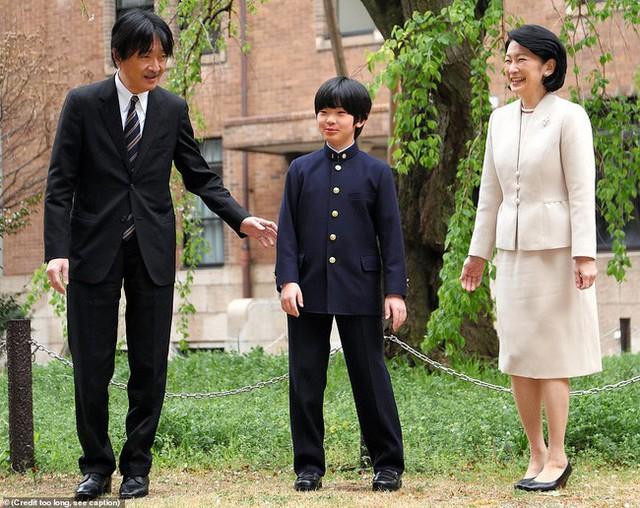 """Hoàng tử bé Hisahito: Người thừa kế cuối cùng của Hoàng gia Nhật, được nuôi dạy một cách """"khác người"""" nhưng dân chúng lại đồng tình ủng hộ - Ảnh 4."""