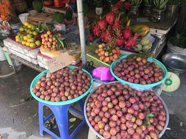 Mận hậu giá rẻ bán ngập chợ Sài Gòn - Ảnh 2.