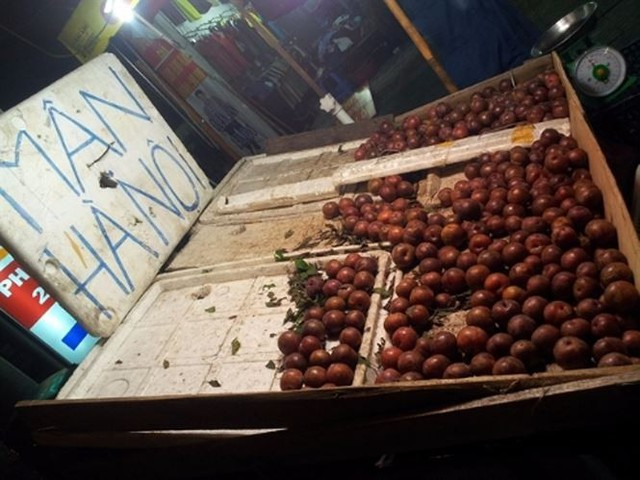 Mận hậu giá rẻ bán ngập chợ Sài Gòn - Ảnh 4.