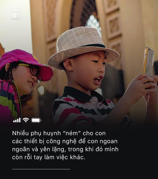 Con quấy khóc, bố mẹ cho chơi ngay smartphone: Đừng vì vài phút nhàn rỗi mà hủy hoại một đứa trẻ còn chưa kịp lớn! - Ảnh 3.