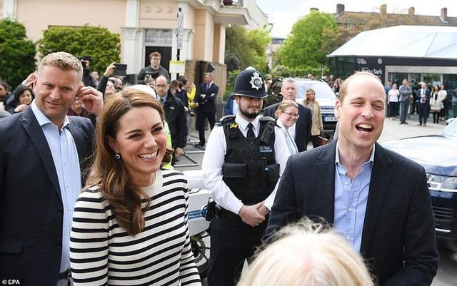 Phản ứng đầy bất ngờ của vợ chồng Công nương Kate khi được hỏi về em bé Sussex, sau một loạt nghi vấn mâu thuẫn, xích mích với em dâu Meghan - Ảnh 1.