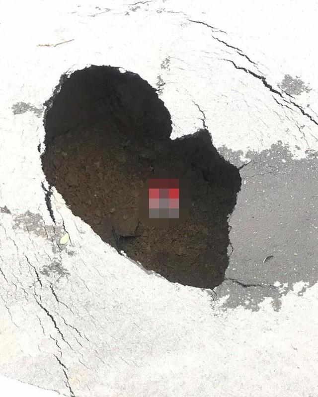 Hà Nội: Xuất hiện hố tử thần có bán kính hơn 1 mét giữa đường Trần Đại Nghĩa - Ảnh 1.