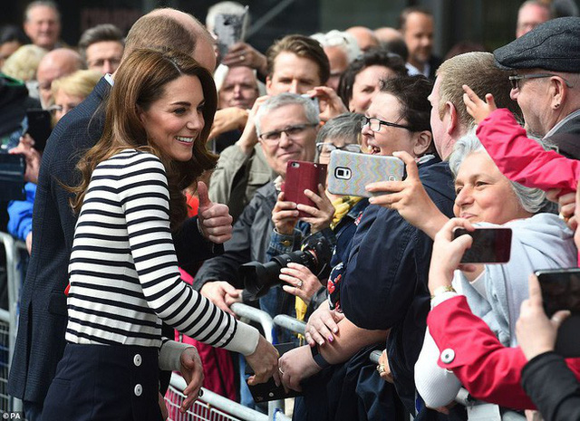 Phản ứng đầy bất ngờ của vợ chồng Công nương Kate khi được hỏi về em bé Sussex, sau một loạt nghi vấn mâu thuẫn, xích mích với em dâu Meghan - Ảnh 3.