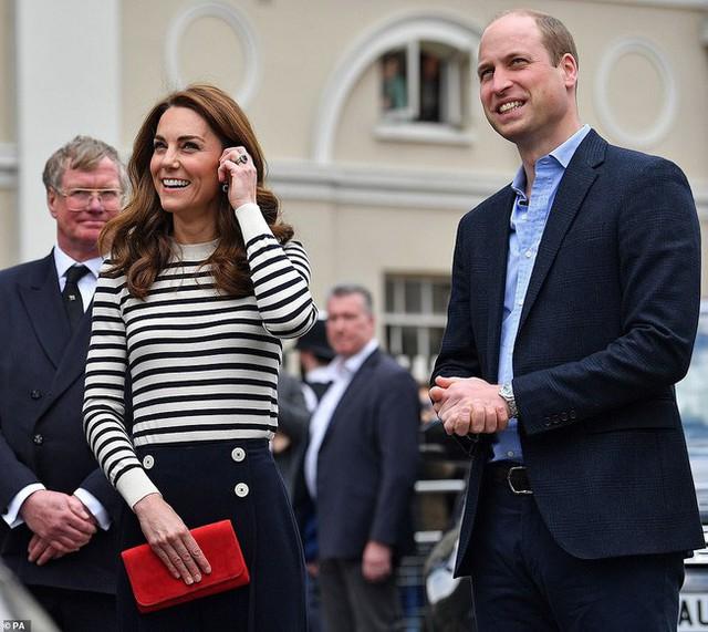 Phản ứng đầy bất ngờ của vợ chồng Công nương Kate khi được hỏi về em bé Sussex, sau một loạt nghi vấn mâu thuẫn, xích mích với em dâu Meghan - Ảnh 4.