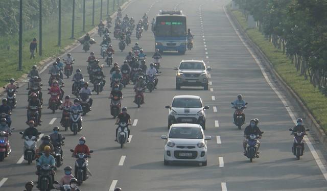 Thả xe máy vào làn ô tô, đường nội đô đẹp nhất Sài Gòn vỡ tổ - Ảnh 3.