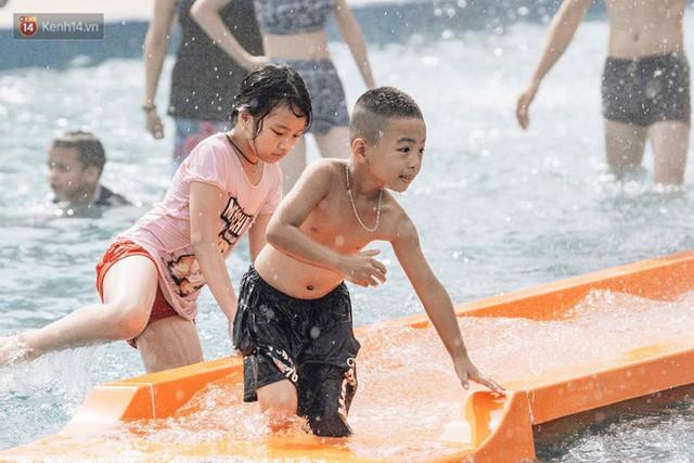 Người dân Hà Nội thích thú trải nghiệm công viên nước hiện đại nhất Thủ đô trong ngày đầu mở cửa - Ảnh 25.