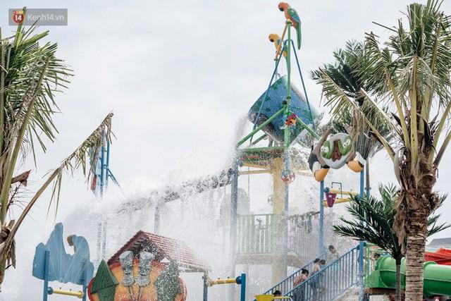 Người dân Hà Nội thích thú trải nghiệm công viên nước hiện đại nhất Thủ đô trong ngày đầu mở cửa - Ảnh 30.
