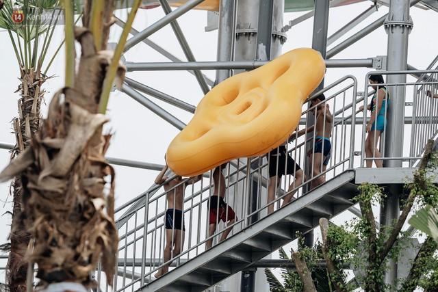 Người dân Hà Nội thích thú trải nghiệm công viên nước hiện đại nhất Thủ đô trong ngày đầu mở cửa - Ảnh 33.