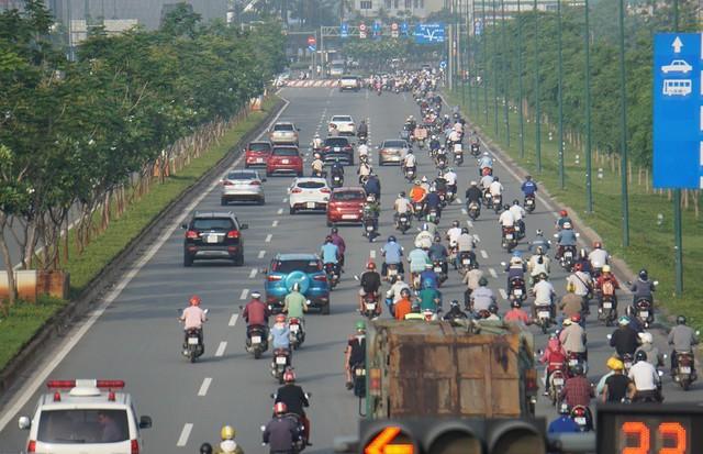 Thả xe máy vào làn ô tô, đường nội đô đẹp nhất Sài Gòn vỡ tổ - Ảnh 9.