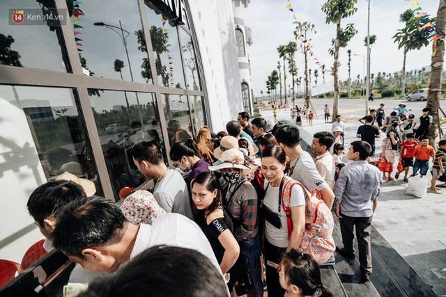 Người dân Hà Nội thích thú trải nghiệm công viên nước hiện đại nhất Thủ đô trong ngày đầu mở cửa - Ảnh 10.