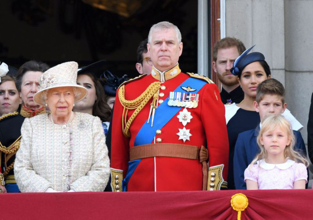 Hoàng tử Harry gây chú ý với gương mặt lạnh như tiền, không mấy vui vẻ khi ngồi cạnh vợ Meghan và lý do khiến ai cũng ngỡ ngàng - Ảnh 3.