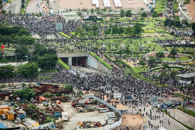 Hong Kong: Giao thông tê liệt vì người biểu tình, cảnh sát sử dụng hơi cay và súng phun nước  - Ảnh 8.