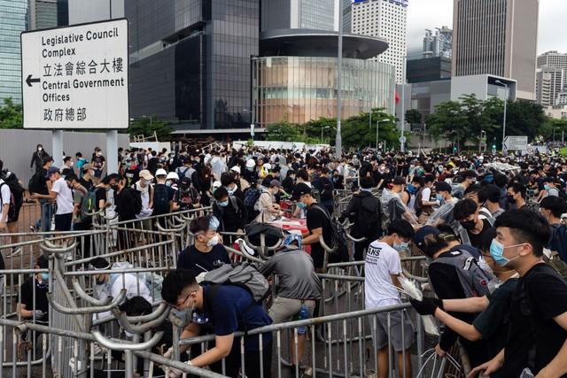 Hong Kong: Giao thông tê liệt vì người biểu tình, cảnh sát sử dụng hơi cay và súng phun nước  - Ảnh 14.
