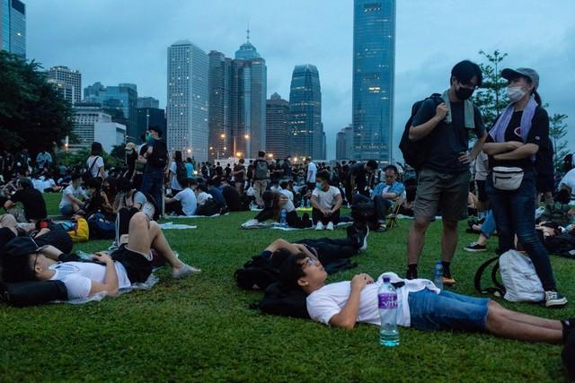 Hong Kong: Giao thông tê liệt vì người biểu tình, cảnh sát sử dụng hơi cay và súng phun nước  - Ảnh 15.