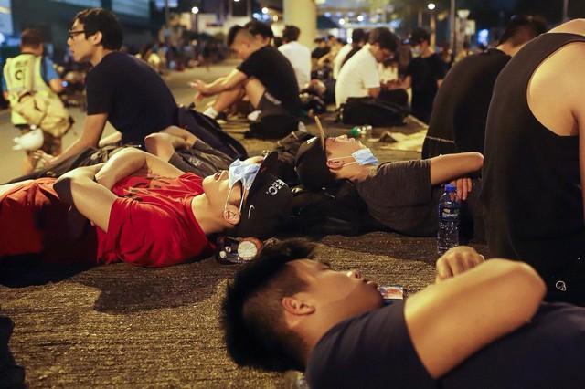 Hong Kong: Giao thông tê liệt vì người biểu tình, cảnh sát sử dụng hơi cay và súng phun nước  - Ảnh 16.