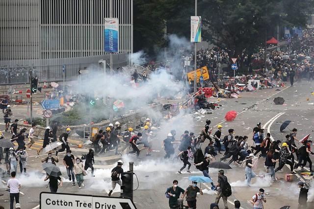 Hong Kong: Giao thông tê liệt vì người biểu tình, cảnh sát sử dụng hơi cay và súng phun nước  - Ảnh 2.