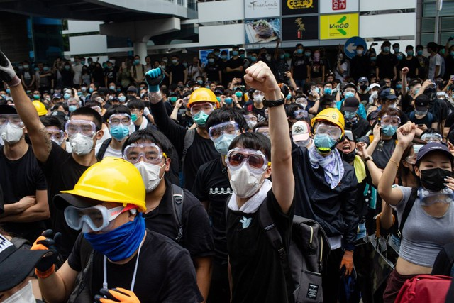Hong Kong: Giao thông tê liệt vì người biểu tình, cảnh sát sử dụng hơi cay và súng phun nước  - Ảnh 3.