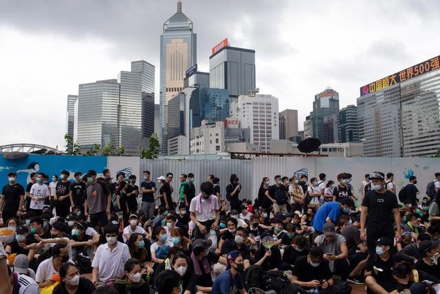 Hong Kong: Giao thông tê liệt vì người biểu tình, cảnh sát sử dụng hơi cay và súng phun nước  - Ảnh 6.