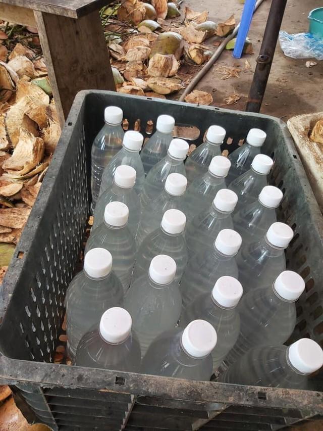 Kiếm bạc triệu nhờ bán nước dừa giải khát trong ngày nắng nóng - Ảnh 1.